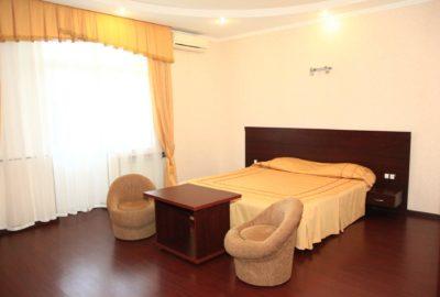 Интерьер спальни - номер Люкс двухместный - отель Гранд Элит, поселок Лазаревское